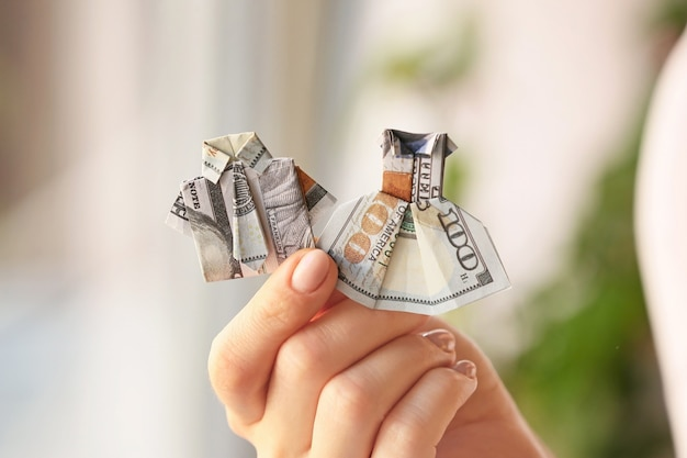 집에서 달러 지폐로 만든 종이 접기 수치와 여자, 근접 촬영