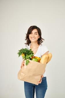 Женщина с пакетом службы доставки продуктов