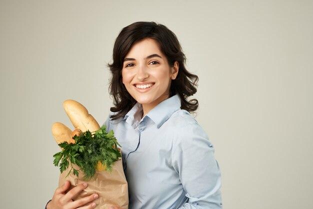 식료품 식료품 슈퍼마켓의 패키지를 가진 여자