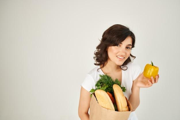 슈퍼마켓 배달 서비스에서 식료품 패키지를 가진 여자. 고품질 사진