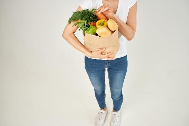 야채 슈퍼마켓 잘린 보기와 같은 식료품 패키지를 가진 여자