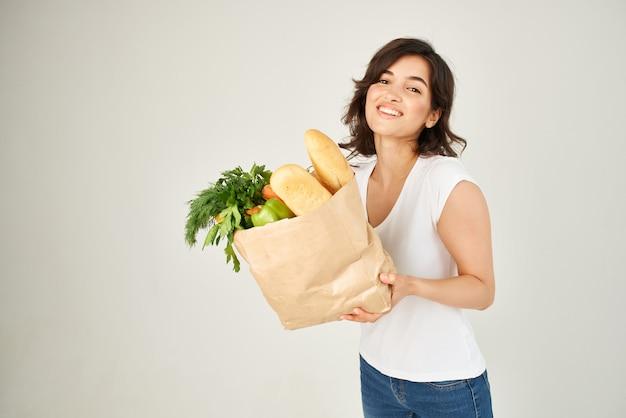 식료품 슈퍼마켓 배달 서비스 패키지를 가진 여자