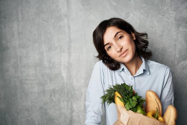 食料品スーパーマーケットの健康的なフードサービスのパッケージを持つ女性。高品質の写真
