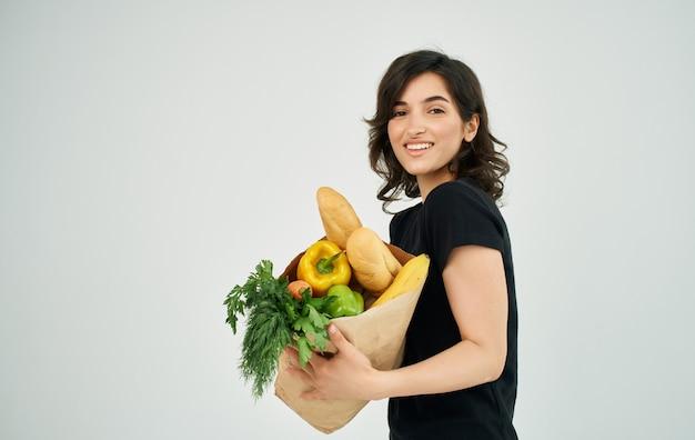 상점에서 건강 한 다이어트 식품 가구 쇼핑 패키지와 함께 여자.