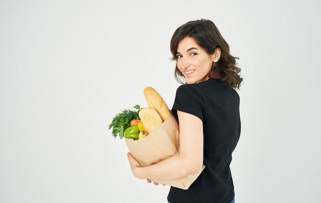 店内で買い物をしている健康的なダイエット食品のパッケージを持つ女性。
