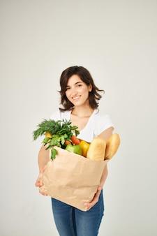 健康食品スーパーマーケット配達明るい背景のパッケージを持つ女性