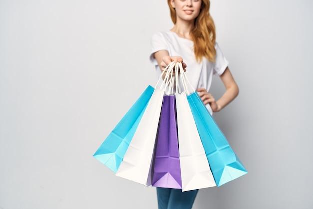 손이 게에 패키지와 함께 여자 산책 재미 쇼핑 중독