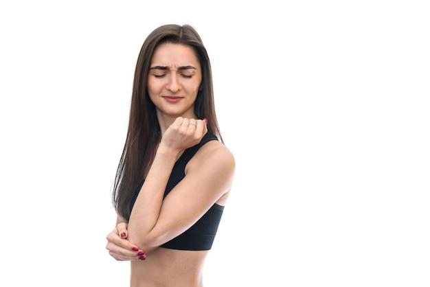 白で隔離の肘の痛みを持つ女性