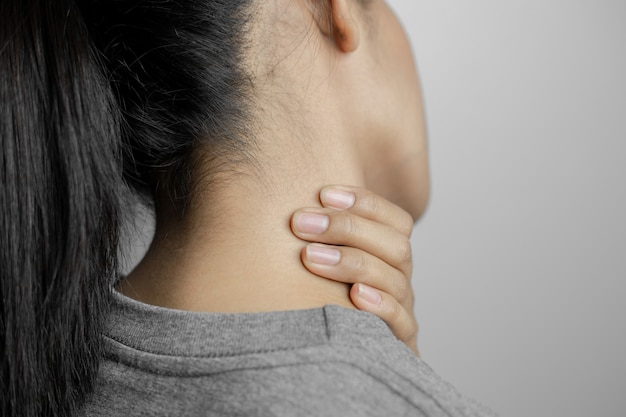 Woman with pain in neck.