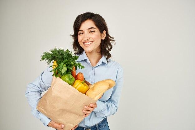 식료품 슈퍼마켓 라이프 스타일의 종이 가방을 가진 여자