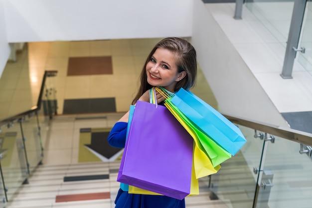 종이 봉투와 함께 여자 쇼핑을 완료