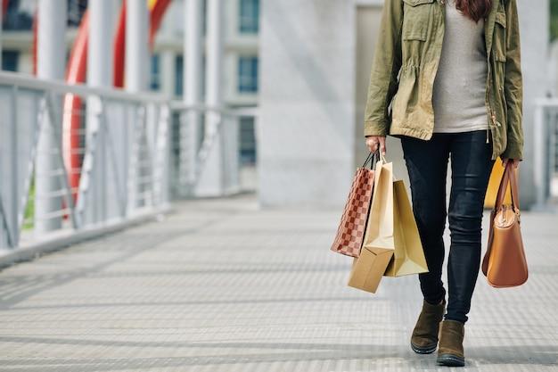 紙袋を持つ女性