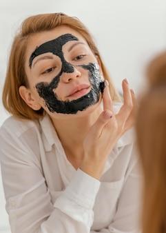 フェイスマスクを剥がす女性