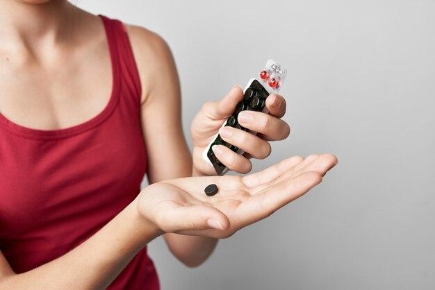手にピルを持つ女性健康問題医学のライフスタイル