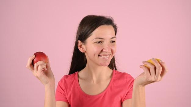 Женщина с прыщами и фруктами в руках