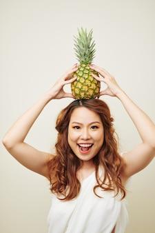パイナップルを持つ女性