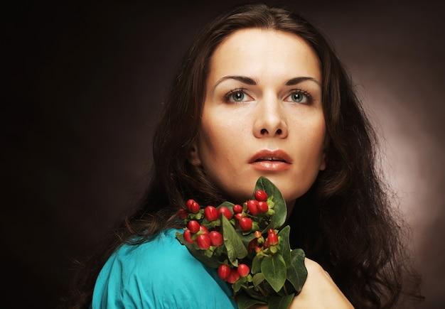 ピンクの花を持つ女性。