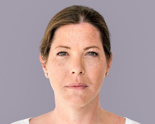 乳がん啓発チャリティー研究のためのピンクリボンを持つ女性