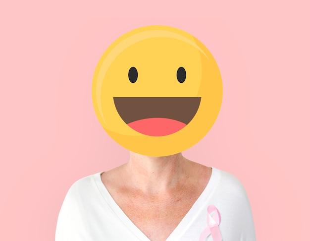 乳がん啓発の肖像画のためのピンクのリボンを持つ女性