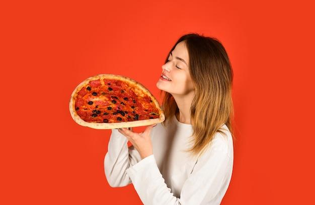 ピザフードデリバリーコンセプトの女性おいしいフードピザタイムハッピーガールホールドピザガールお楽しみください