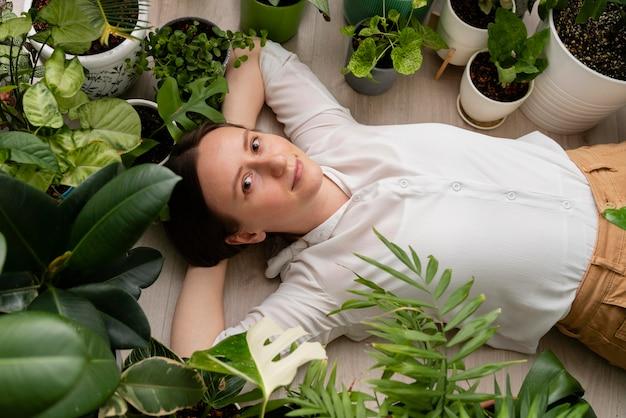 식물 프레임을 가진 여자