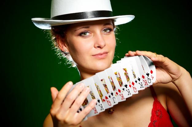카드 놀이 가진 여자
