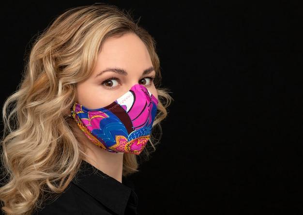 Женщина с защитной маской для лица