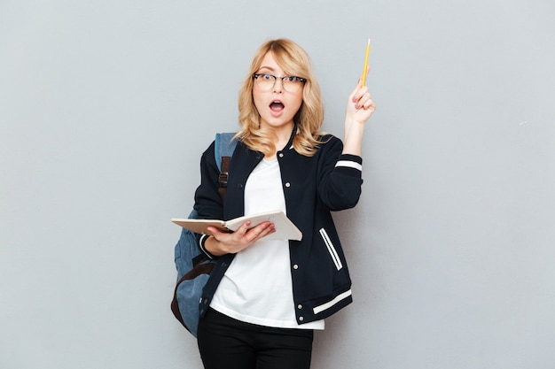Женщина с поднятым карандашом