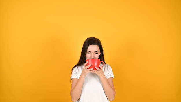 赤いカップを持つ女性