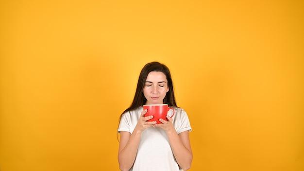 Женщина с красной чашкой