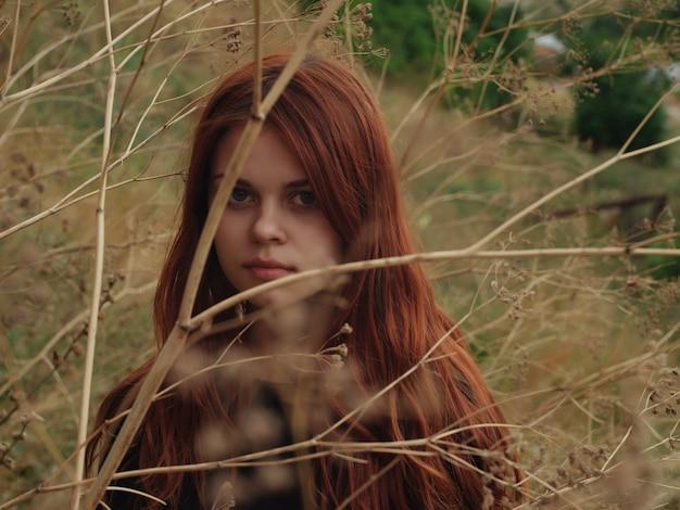 자연 검은 드레스 근접 촬영에 필드에 빨간 머리를 가진 여자