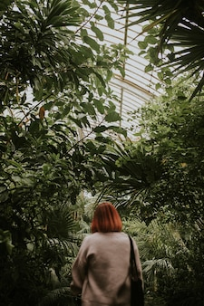 ロンドンのキューガーデンにいる赤い髪の女性
