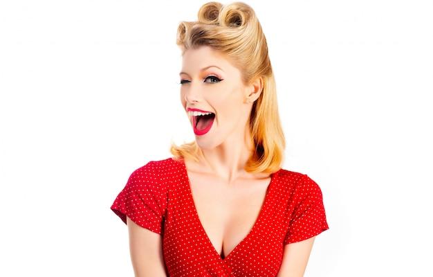 Женщина с красными губами подмигивает от удивления радости. жесты для рекламы.