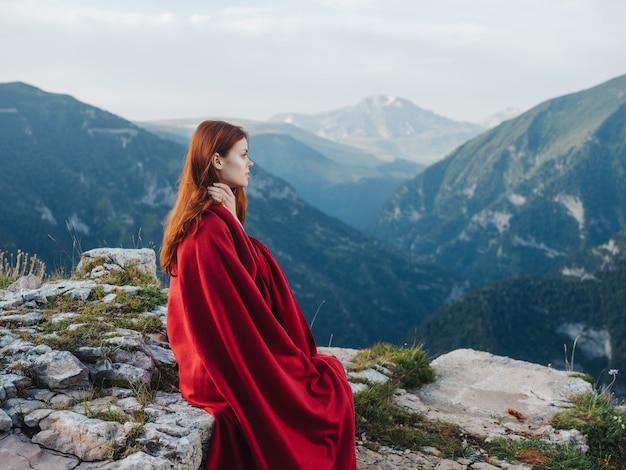 붉은 격자 무늬 시원한 공기 산 자연을 가진 여자