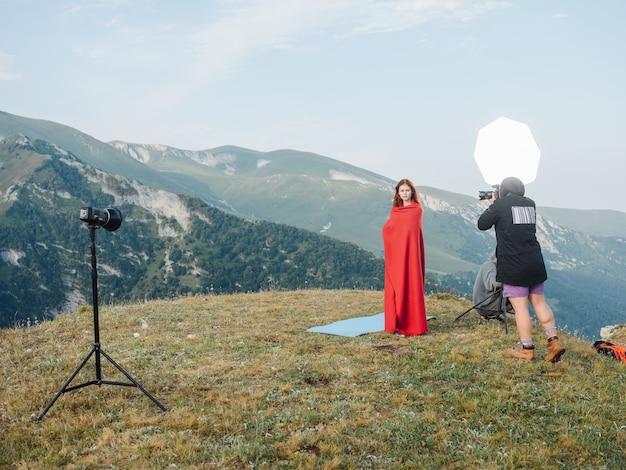 산 자연 포즈 풍경에 붉은 격자 무늬와 여자