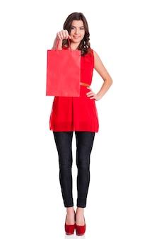 Donna con la borsa della spesa rossa