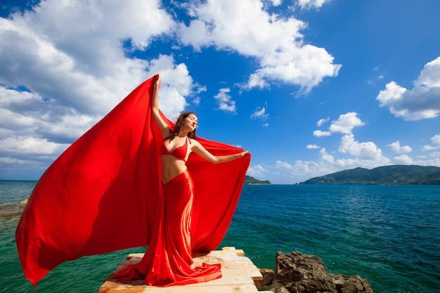 Женщина с красной юбкой и тканью