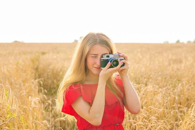 Женщина с ретро фотоаппаратом