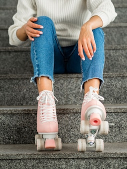 階段でローラースケートを持つ女性