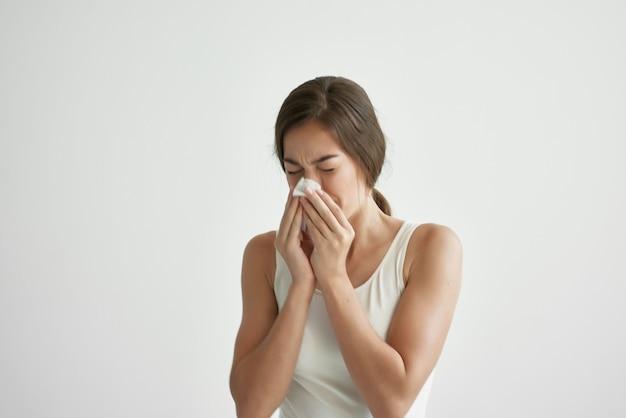 Женщина с насморком проблемы со здоровьем гриппа. фото высокого качества