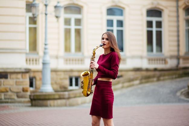 Женщина с саксофоном на улице