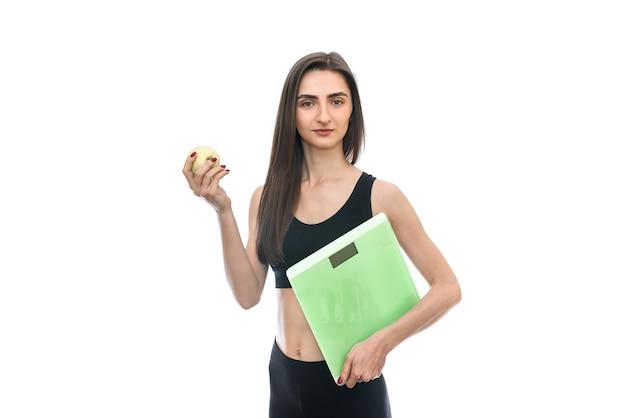 규모와 애플 흰색 절연 여자