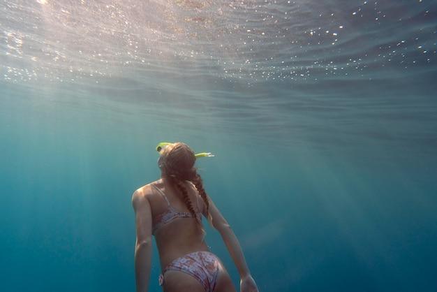 바다에서 수영하는 스쿠버 장비를 가진 여자