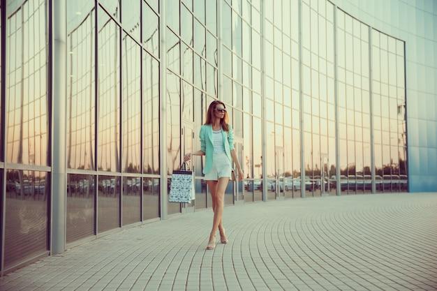 Женщина с корзиной идет по магазину