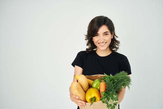 Женщина с хозяйкой хозяйственная сумка для овощей, обслуживающих супермаркет