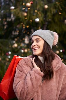 크리스마스 시장에 쇼핑백을 가진 여자