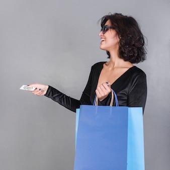 쇼핑백과 신용 카드를 가진 여자