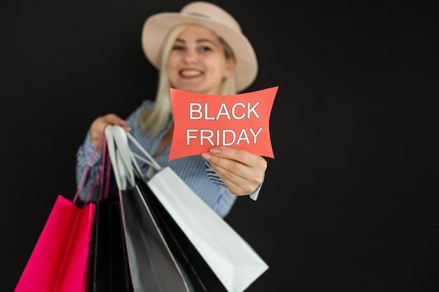 ブラックフライデーに買い物袋を持つ女性