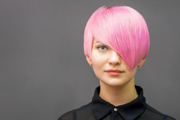 Женщина с короткими ярко-розовыми волосами