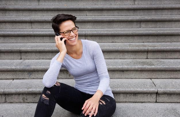ショートヘア、メガネ、携帯電話で話す女性